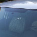 ar-akmenys-gali-pazeisti-automobilio-stikla